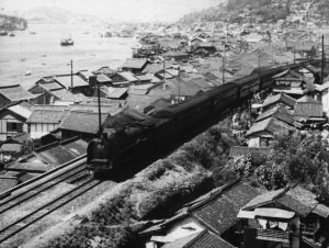 tokyo-story-1953-001-train-passing-through-city-00n-f5u