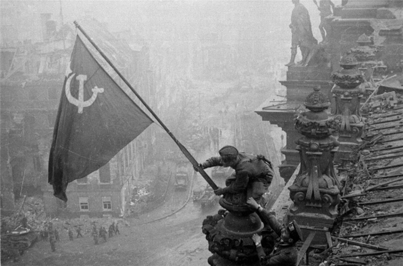 Reichtag'a Dikilen Sovyet Bayrağı (1945)