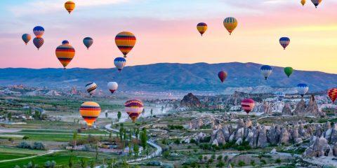 Uçan renkli balonlar