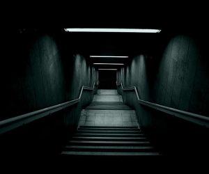 Merdiven Altı Sırları: Karanlıkta Saklananlara Işık Tutan Belgeseller